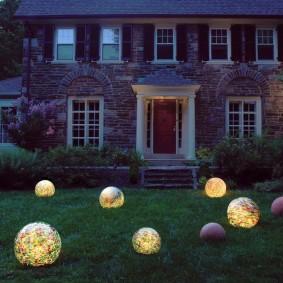 Шарообразные светильники на зеленом газоне
