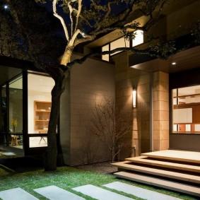 Функциональное освещение парадного входа в частном доме