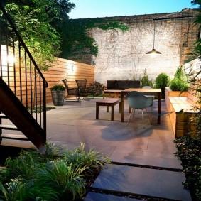 Освещение внутреннего дворика на садовом участке