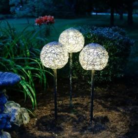 Светодиодные светильники на садовой клумбе