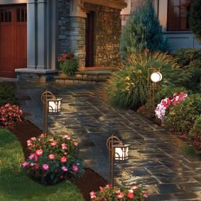 Красивые светильники на металлических стойках