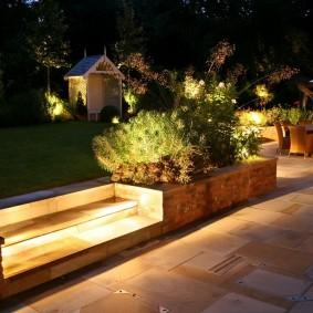 Подсветка ступени деревянной лестницы