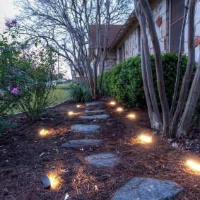 Подсветка пошаговой тропинки из природного камня