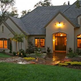 Подсветка фасада дачного дома