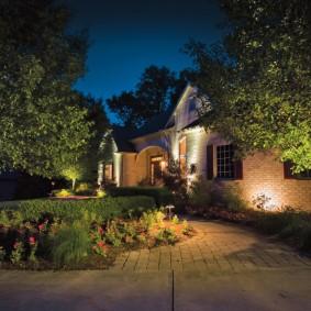 Подсветка стен дома на загородном участке