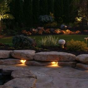 Скрытые светильники между камнями в бордюре