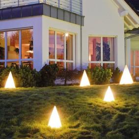 Пирамидальные светильники на участке с уклоном