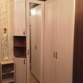 Недорогой шкаф в прихожей хрущевки