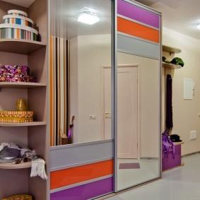 Шкаф-купе с яркими дверцами