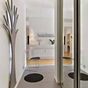 Узкий коридор в двухкомнатной квартире