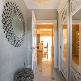 Зеркальный шкаф в узком коридоре