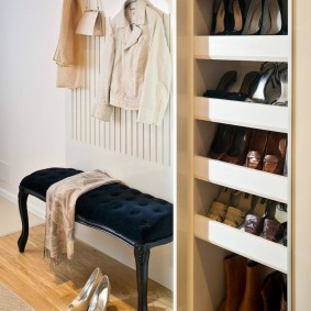 Встроенная обувница в узком коридоре