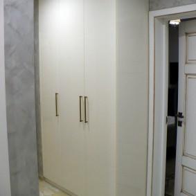 Белый шкаф с распашными створками