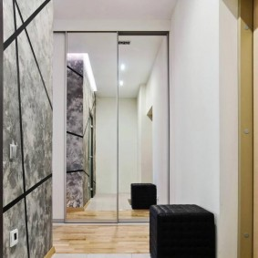 Зеркальный шкаф в торце коридора