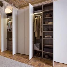 Открытые дверки шкафа в прихожей частного дома