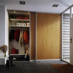 Раздвижной шкаф в прихожей частного дома