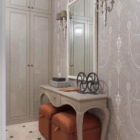 Прямоугольное зеркало на стене прихожей