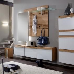 Подвесная мебель на стене прихожей