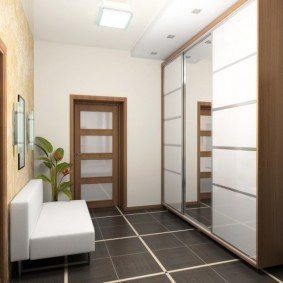 Керамический пол в прихожей трехкомнатной квартиры