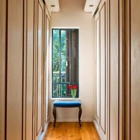 Узкий коридор с окном в торцевой стене