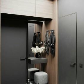Серая мебель в интерьере коридора