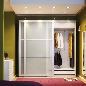 Раздвижной шкаф в коридоре частного дома