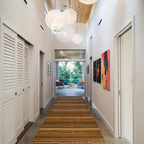 Длинная дорожка на полу коридора
