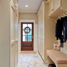 Длинный коридор перед входной дверью