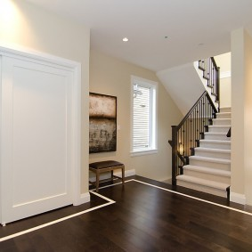 Белый шкаф в холле с лестницей