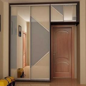 Шкаф с антресолью в коридоре трехкомнатной квартиры