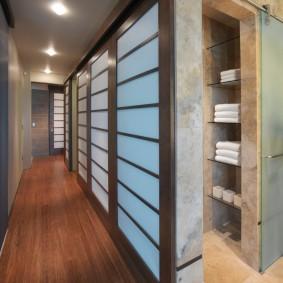 Длинный коридор с деревянным полом