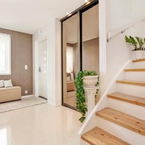 Холл частного дома с лестницей на мансарду