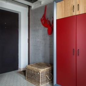 Красный шкаф в прихожей оригинального дизайна