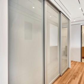 Стеклянные дверцы шкафа в современной прихожей