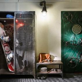 Металлический шкаф в прихожей индустриального стиля