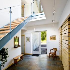 Просторный холл с лестницей на стальных опорах