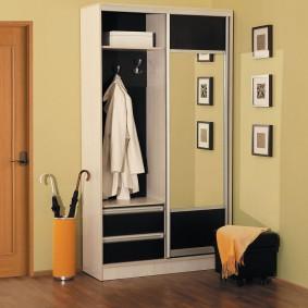 Каркасный шкаф из ДСП в интерьере прихожей