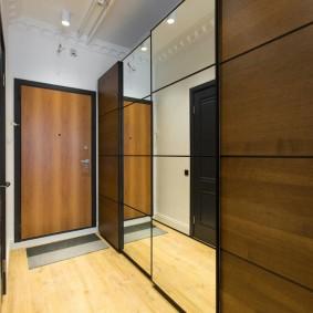 Зеркальный шкаф в интерьере прихожей