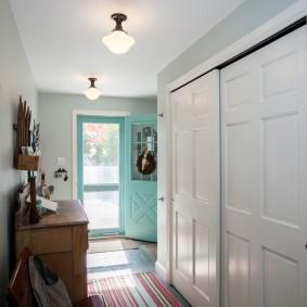 Раздвижные двери белого цвета