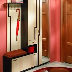 Розовые стены в прихожей с недорогой мебелью