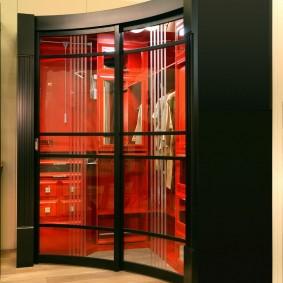 Вогнутый шкаф с прозрачными дверками
