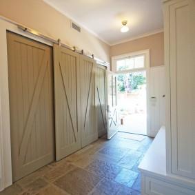 Амбарные двери на шкафу в прихожей