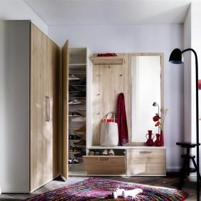 Угловая мебель в прихожей дома
