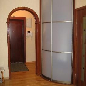 Арочный проем в коридоре квартиры панельного дома