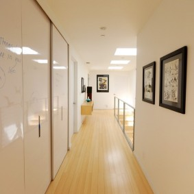 Глянцевые дверцы шкафа в коридоре