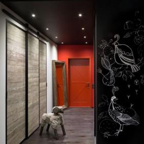 Черный потолок в коридоре с красной стеной