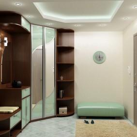 Светлый коридор с корпусной мебелью