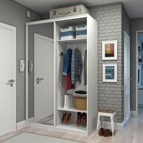 Полуоткрытый шкаф для хранения одежды в прихожей