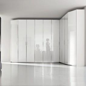 Глянцевые фасады на угловом шкафу