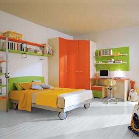Угловой шкаф с яркими фасадами
